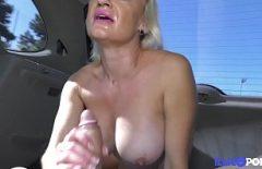 Blondina cu botox se fute cu prietenul ei in cea mai tare masina de lux