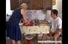 Femeie matura fututa in bucatarie