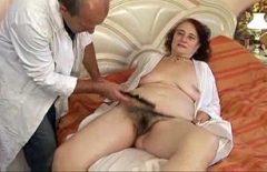 Batrana se fute tare cu fiul ei medic pentru prima data