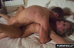Blonda matura cu abdomenul facut fututa agresiv in pizda de prietenul ei