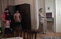 O femeie in varsta prinde doi hoti mai tineri si se fute cu ei