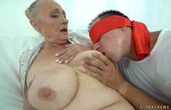Babuta cu tate mari penetrata bine in pizda de iubitul ei frumos si sexy