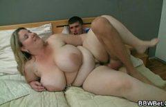 Blonda grasa cu tatele imense fututa de unu in dormitor