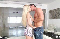 Blondina talentata la sex din picioare