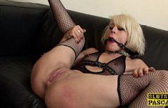 Blonda cu calus la gura se masturbeaza in fata camerei de filmat
