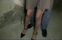 Film porno frantuzesc cu o blonda fututa intr-un depozit in cur si in pizda de doi barbati