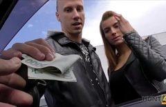 Barbatul plateste cu bani grei doua pitipoance sa faca un film porno
