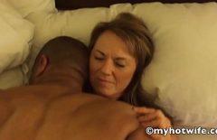 Femeie in varsta isi inseala sotul la camera de hotel cu un negru