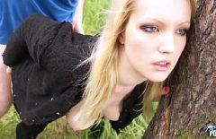 Blondina fututa pe campie de gagicul ei