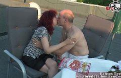 Roscata creata si sotul ei se saruta intens la terasa unde le place lor