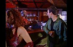 Blonda nimfomana se fute cu doi barbati intr-un bar