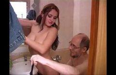 Ungur chelios si cu ochelari fute in baie la o tiganca romanca