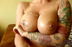 Porno dimineata cu tatoasa stropita cu sperma pe tate