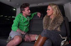 Blonda agatata in aeroport si fututa in masina