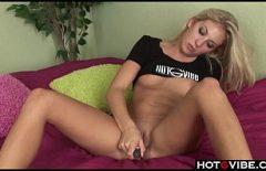 Blonda se masturbeaza singura cu un vibrator