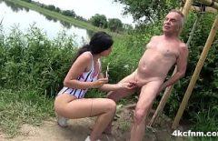 Tataie fute o tiganca langa lacul de la tara al amantei