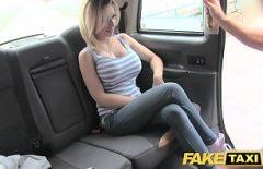 Blonda buna cu tatele mari il linge in cur pe sofer si se fute cu el in masina