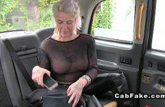 Matura blonda cu tatele mari fututa intr-un taxiu de sofer