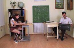 Profesorul isi fute studenta roscata in sala de examen