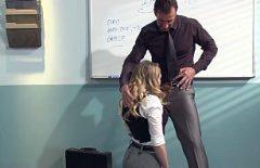 Are o fantezie cu profesorul ei si vrea sa fie penetrata pe catedra