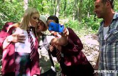 Doua studente ratacite in padure sunt futute in cur de doi turisti