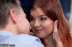 Roscata de 21 de ani se fute cu tatal ei vitreg cu pula mare