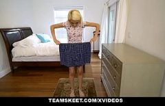 Blonda cu tatele mici fututa din picioare de un chelios dotat