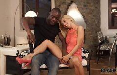 Blonda se fute cu un negru si ii suge pula