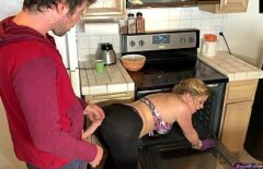 Mamica gateste iar fiul o fute pe la spate sex la bucatarie romantic