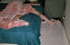 Ii baga pula in pizda in timp ce doarme si isi da drumu in ea