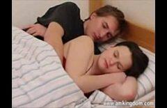 Isi trezeste nevasta flocoasa din somn sa ii dea pula
