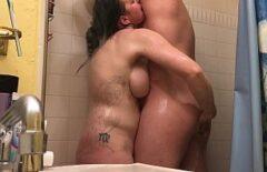 O fute in baie pe tatoasa si se pise pe ea