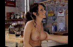 Bruneta cu tatele rotunde fututa la bar de un chelios