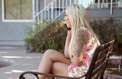 Blonda bomba cu tatele mari fututa pe canapea de un pletos