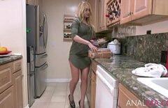 Anal in bucatarie cu vecina lui simpatica si buna de pula